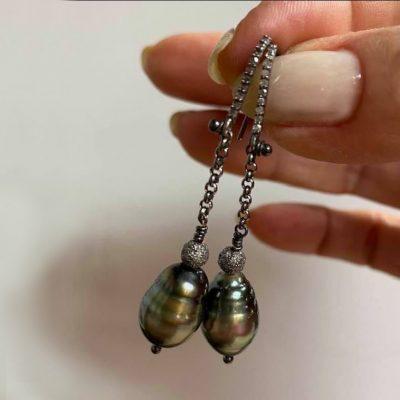dangling Tahitian pearl and diamonds earrings