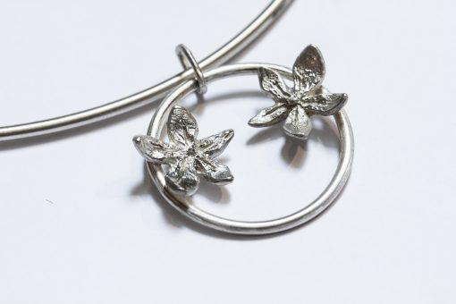 Flower power on silver wire